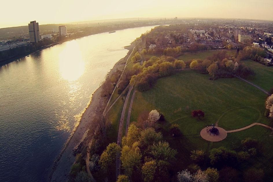 Symbolbild - Blick über den Rhein durch Bonn
